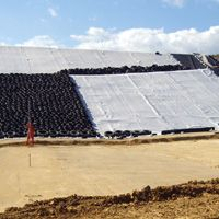 Drainage body and mechanical protection of a landfill